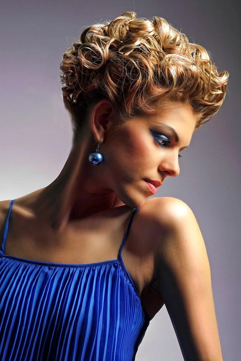 Elegant gestylte kurze lockige Haare  Elegante festliche