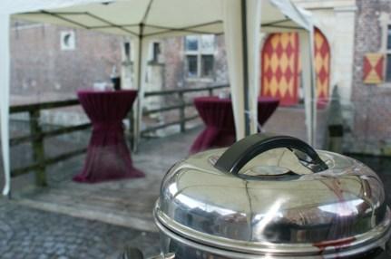 Glühwein statt Sektempfang am Schloss Raesfeld | ©IhreHochzeitstauben