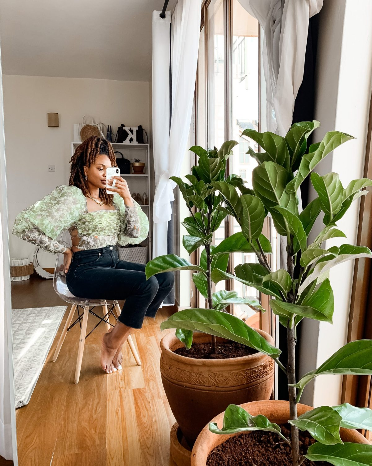 伊耶玛·科拉wearing AU Gold Top with a fiddle leaf fig plant