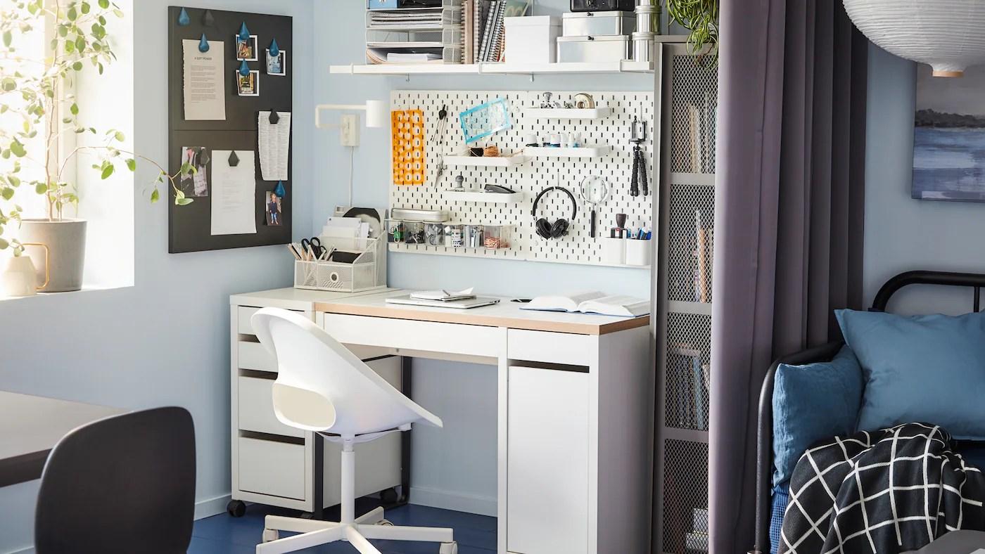 Sembra quasi una parete attrezzata, questa scrivania con libreria integrata, dove i moduli aperti si alternano ai ripiani chiusi da ante a battente scrivania con libreria: Crea Lo Spazio Perfetto Per Lavoro Studio E Hobby Ikea It