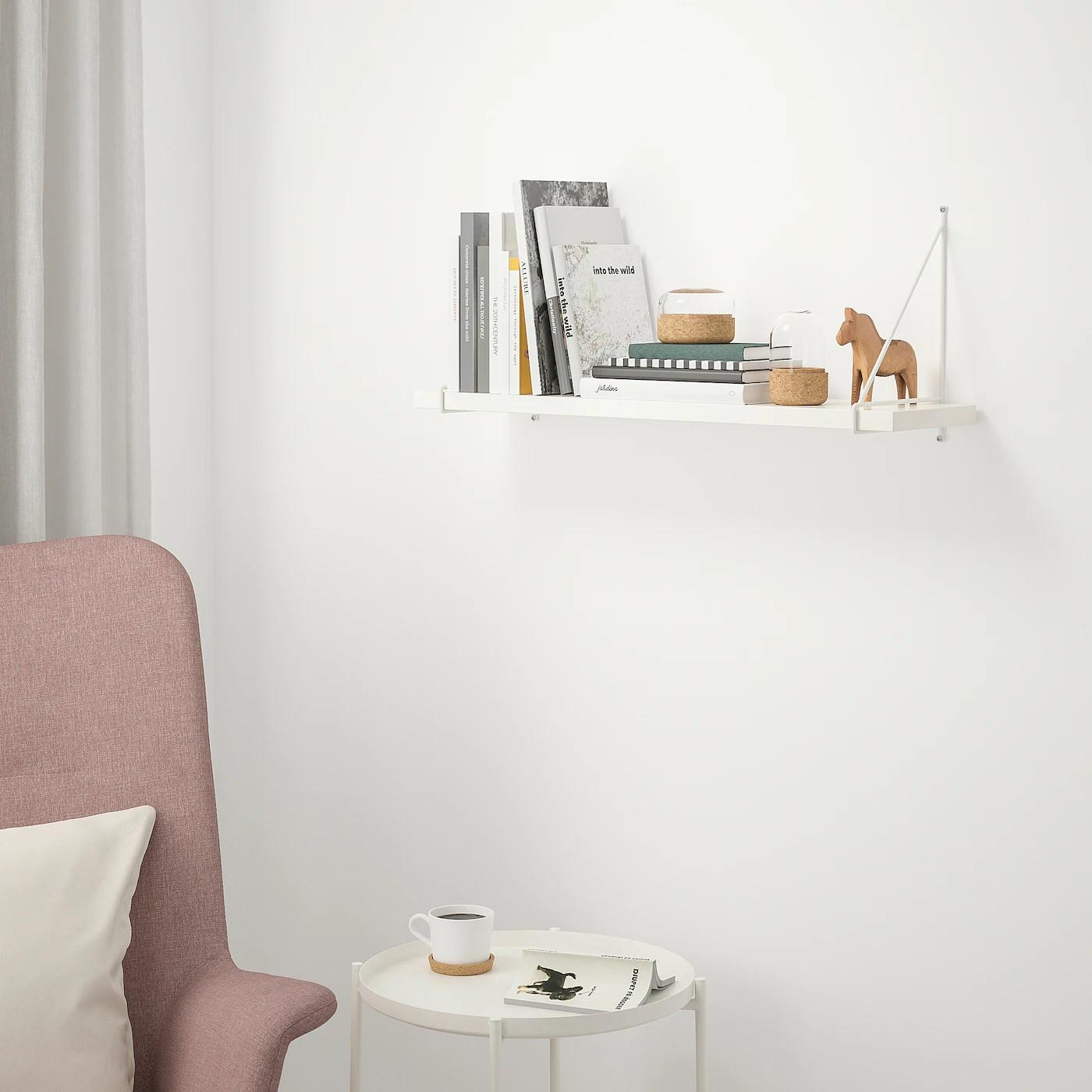 Posizionata sotto una mensola con utensili da cucina giocattolo. Mensole Complete Ikea It