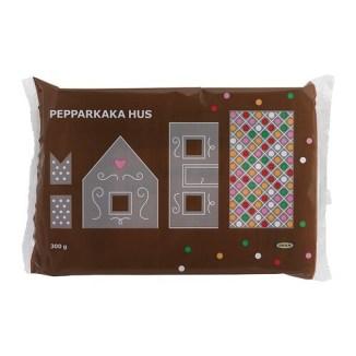 PEPPARKAKA HUS Casă turtă dulce IKEA O căsuţă din turtă dulce ce se serveşte în preajma Crăciunului. Decorată cu gazură de zahăr şi bombonele.