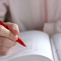考書を開いて勉強する学生