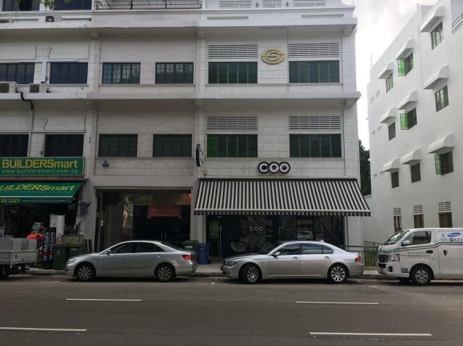 大家去旅行會選擇住背包客棧嗎?  前些日子去新加坡,因為是一個人所以就選擇住在背包客棧。  一般人對於背包客棧有個印象就是可以在這邊認識來自不同地方的人們,在大廳聊天交流這樣。  以我住在新加坡這個背包客棧四天的經驗,沒有什麼人會在大廳待著,有的話通常就是準備出門或是check in的人。房間裡更不用說,晚上才會有人回來,回來就是準備睡覺,更不希望聽到友人在裡面講話聊天。  不過前幾年在台灣環島,住了幾間背包客棧是獨立經營的,有的就真的可以跟主人聊天,還有主人找客人一起打麻將的!  住背包客棧比較令人討厭的狀況是整間除了你以外其他人都是認識的朋友,瘋狂的聊天吵鬧讓你睡也睡不好。  所以住背包客棧除了環境設備,當天同房的房客真的是很吃運氣阿~