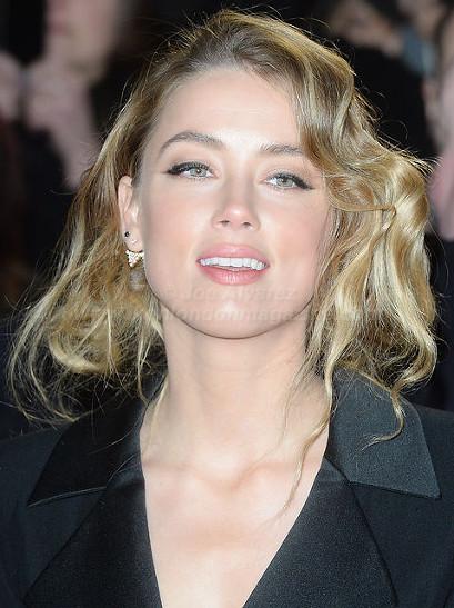 Amber Heard Attends The Premiere of Mortdecai in London