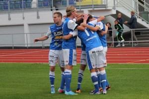 Firande efter mål mot Halmia. FOTO: Susann Sannefjäll