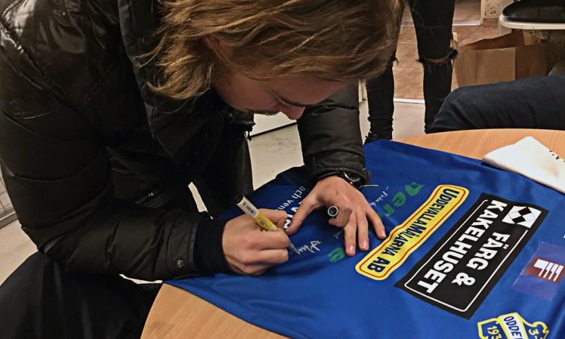 Hampus Furublad signerar matchtröjan som vi lottar ut på söndag. FOTO: Tomas Sandström