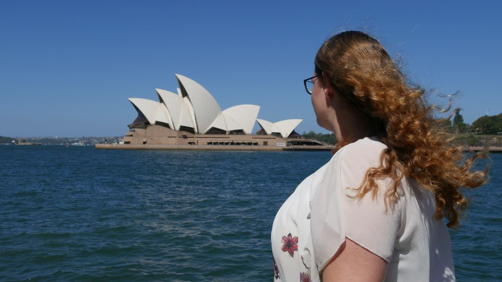 Jeanette kijkend naar het Opera House
