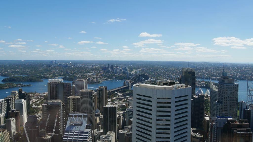 Uitzicht over Sydney met Opera House en Harbour Bridge vanaf Sydney Tower Eye