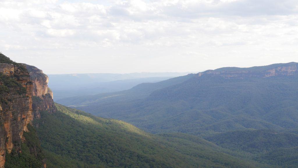 Vergezicht over de Blue Mountains met blauwe gloed