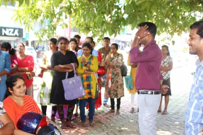 IMG 0044 மட்டக்களப்பு மாவட்ட வேலையற்ற பட்டதாரிகளினால் கையெழுத்துப்பெறும் போராட்டம்