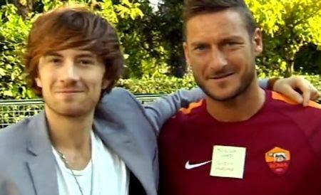 Francesco Sole insieme al capitano della Roma Francesco Totti