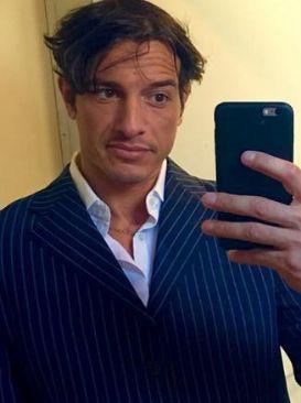David Scarantino del trono Over di Uomini e donne fa un selfie allo specchio