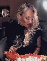 Veronica Ursidia si mangia il suo piatto preferito l'aragosta alla catalana
