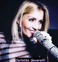 Carlotta Savorelli trono Over di Uomini e donne mente si diletta a cantare