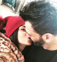 Serena Enardu e Pago mentre si baciano
