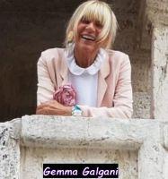 Gemma Galgani sorride da un balcone