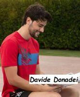 Foto del nuovo tronista di Uomini e donne Davide Donadei che ride leggendo un libro