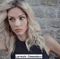 Lucrezia Comanducci primo piano che guarda con i suoi occhi celesti