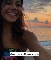 Beatrice Buonocore che si diverte a guardare le onde in riva al mare