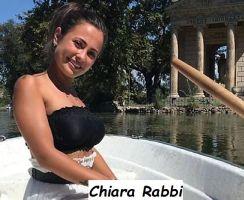 Chiara Rabbi corteggiatrice di Uomini e donne che sorride in piscina in minigonna