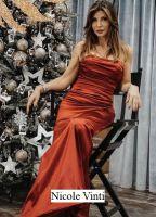 Foto di Nicole Vinti corteggiatrice di Uomini e donne del trono Over seduta in abito rosso