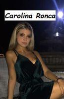 Foto di Carolina Ronca seduta davanti al Cupolone a Roma