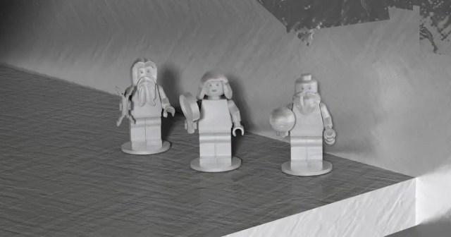 Juno reca con se tre passeggeri: le rappresentazioni LEGO, per l'occasione realizzate in alluminio, di Galileo Galilei, Giove Tonante (forse non nelle intenzioni degli autori) e Giunone