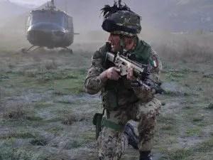 Operazione di elisbarco. Militare italiano in azione.