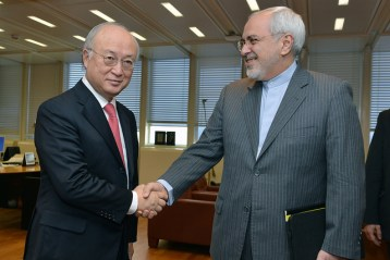 Yukiya Amano, direttore generale dell'AIEA, con il Ministro degli Esteri iraniano Javed Zarif