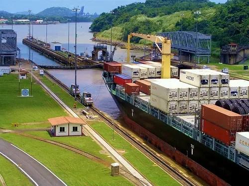 Una nave portacontainer durante l attraversamento del canale. Puoi leggerlo  in 6 min. Miscela Strategica – Il canale di Panama è ... 454811330859