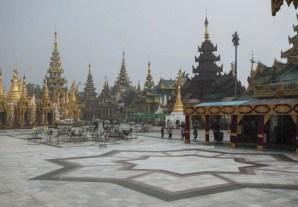 Il monsone sopra la Shwedagon Paya. Tappeti verdi antiscivolo aiutano i visitatori a spostarsi nel labirinto di pagode e templi.