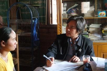 Il dottor Kyi Phyo Htet cura un piccolo birmano (foto dell'autrice)