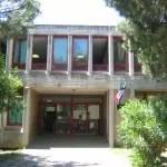 L'ingresso della scuola De Franceschi a Nettuno