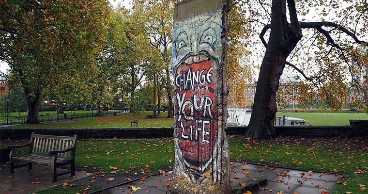 Un pezzo del muro di Berlino con un graffiti che inneggia al cambiamento è il nostro commento visivo a questo brano di una studentessa delle superiori che parla di libertà