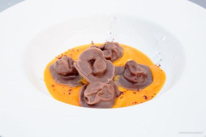 Cappellacci di cacao con ripieno di cinta e castagne, crema di zucca gialla.