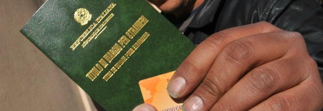 Falsi permessi di soggiorno per immigrati e assistenza Inps 77 indagati