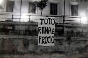 Striscione dissacratorio di Totò Riina esposto a piazza Marina a Palermo