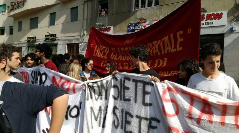 Striscioni studenti Garibaldi e Cannizzaro al corteo 23 maggio