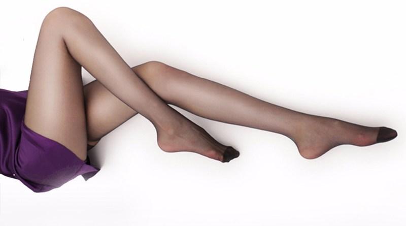Gambe di donna con calze a rete
