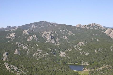 Un'immagine delle Black Hills, isola di boschi in un mare d'erba