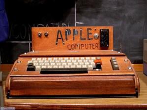 L'aspetto surreale di un Apple I. Era venduta solo la parte elettronica, l'acquirente (un appassionato di un'era ancora pioneristica) doveva poi costruire amatorialmente un case, in questo caso di legno.