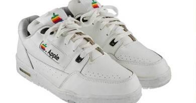 un paio di sneakers Apple all'asta