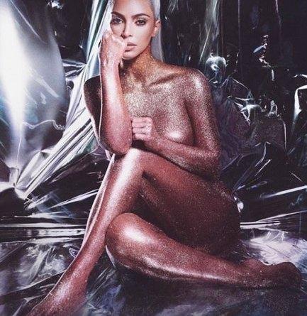 Nuda e dorata, Kim Kardashian fa impazzire la rete