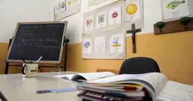 Insegnante di religione condannata maltrattamenti Divieto di pregare all'interno delle aule nella scuola elementare Ragusa Moleti a Palermo. Lo ha deciso il dirigente scolastico