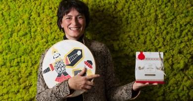 L'artista Alice Valenti dipinge due vassoi che accompagneranno il panettone siciliano Di Stefano per un Natale che racconta la Sicilia