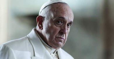 Il Papa celebra le nozze in aereo tra una hostess e uno steward cileni che non avevano potuto sposarsi con rito religioso a causa del crollo di una chiesa