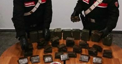 In viaggio con 100 panetti di hashish a bordo: due arresti a Campofelice di Roccella