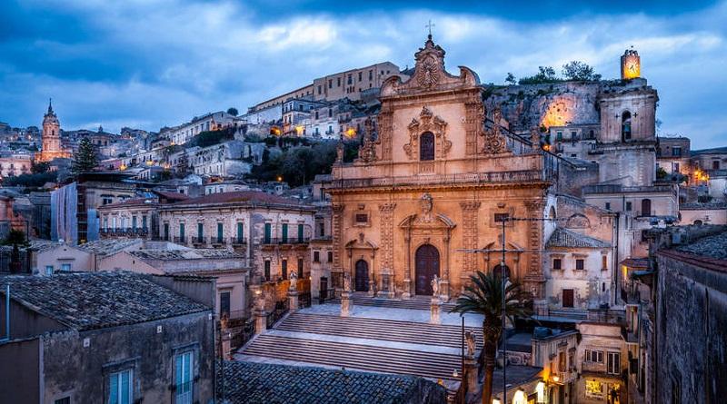 Cadono calcinacci dal soffitto di una delle navate laterali del duomo San Giorgio di Modica, patrimonio dell'UNESCO, in provincia di Ragusa
