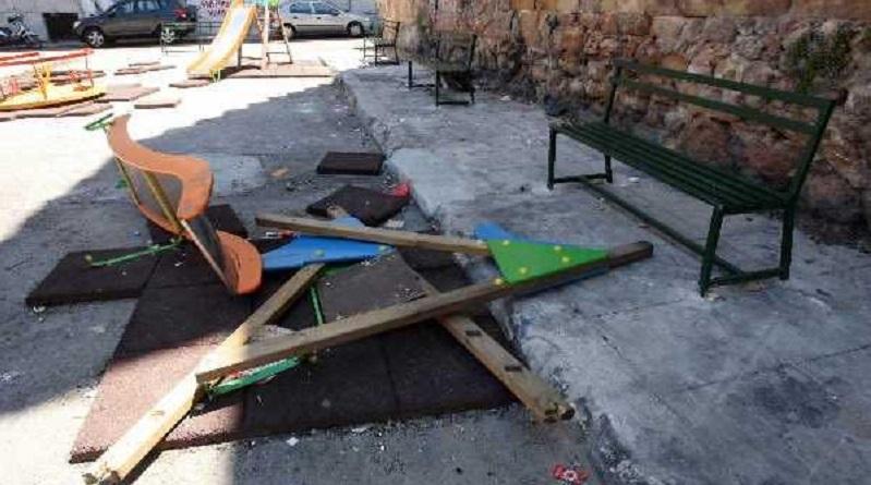 Vandali in azione in piazzetta Ecce Homo, nel quartiere dell'Albergheria, a Palermo. Ignoti hanno distrutto le giostre che si trovavano nella piazza